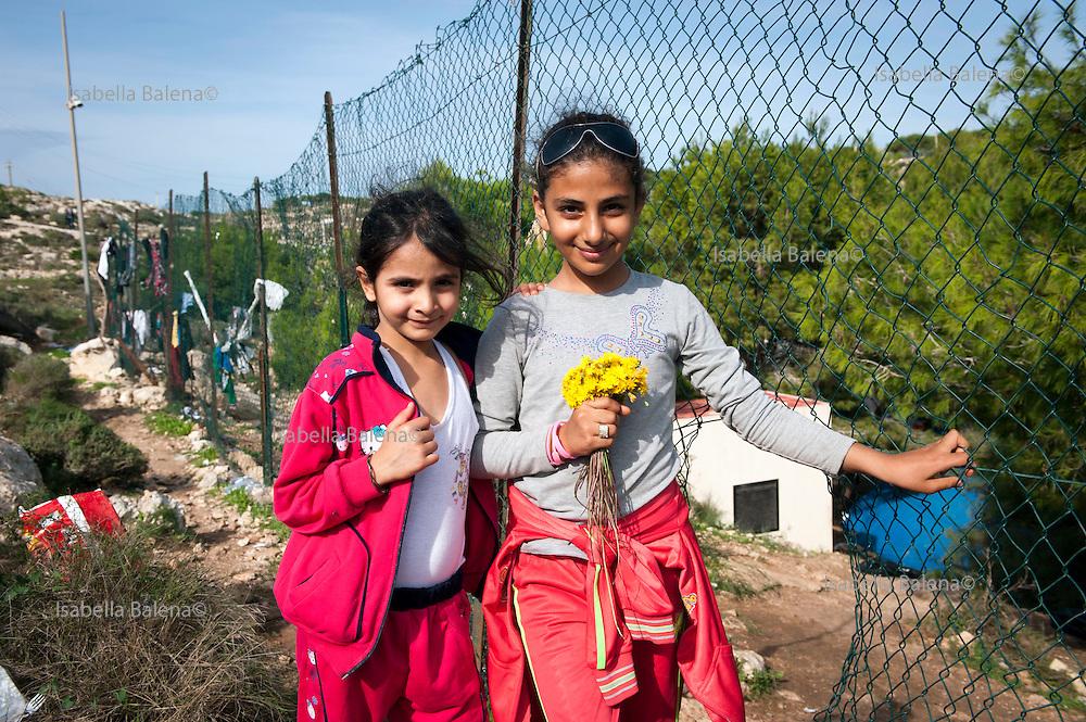 Lampedusa, Sicilia, ott 2013. Lampedusa Island, Sicily, Italy, oct 2013. Cpa centro di accoglienza. Migranti siriani. Syrian migrants. Fathima (9) and Rama (8)