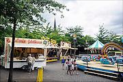 Nederland, Wanroy, 6-8-2014 Kermis in dit dorp in Brabant. Een paar attracties op het marktplein. Opa en oma, kleinkind in de attractie Foto: Flip Franssen/ HH