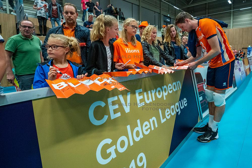 12-06-2019 NED: Golden League Netherlands - Estonia, Hoogeveen<br /> Fifth match poule B - The Netherlands win 3-0 from Estonia in the series of the group stage in the Golden European League / Maarten van Garderen #3 of Netherlands and Dutch fans