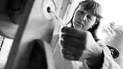 Javier Calvelo/ URUGUAY/ LAVALLEJA - VEJIGAS Y OMBUES/ La Ruta de la Lana - Productores familiares/ Proyecto documental acerca de las actividades relacionadas a la produccion lanera en Uruguay/ Visitamos la casa de Elia Estevez en la localidad de Vejigas, ella nos hizo una demostracion de hilado con lana, donde tambien estaban si esposo, su nieta Luciana, el perro Buenamigo y el gato Pelusa. Elida pertenece al grupo de Tejido Artesanal Guair&aacute;.<br /> Luego fuimos a la localidad de Ombues a la casa de Hortencia Brites en la ruta 12 km 96 donde se encontraba su esposo Juan Carlos Rodriguez. Hortencia es la gestora del grupo Guaira de 12 mujeres que trabajan dentro de AMRU.<br /> Luego visitamos en la localidad de Ombues (Ombues de Bentancor) a Hugo Bentancor descendiente del fundador de la localidad. Tiene un predio de 100 HA y alli cria vacunos y ovinos.<br /> En la foto:  Elida Estevez hilando con su rueca en su casa de la localidad de Vejigas - Lavalleja. Foto: Javier Calvelo / adhocfotos<br /> 2013-04-07 dia domingo