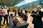 Duitsland, Laarbruch, 1-5-2003..De per 1-5-2003 in bedrijf gesteld airport Niederrhein. Vlak over de grens in Bergen N-Limburg vreest men voor geluidsoverlast. Drie keer per dag vliegt prijsbreker charter vliegmaatschappij Ryanair op Londen. Ook verwacht men veel lucht vrachtvervoer. Over twee maanden is de terminal klaar. Tot dan is aankomst en vertrek in de toekomstige hangar...Luchtvaart , economie, milieu, grensstreek, toerisme...Foto: Flip Franssen