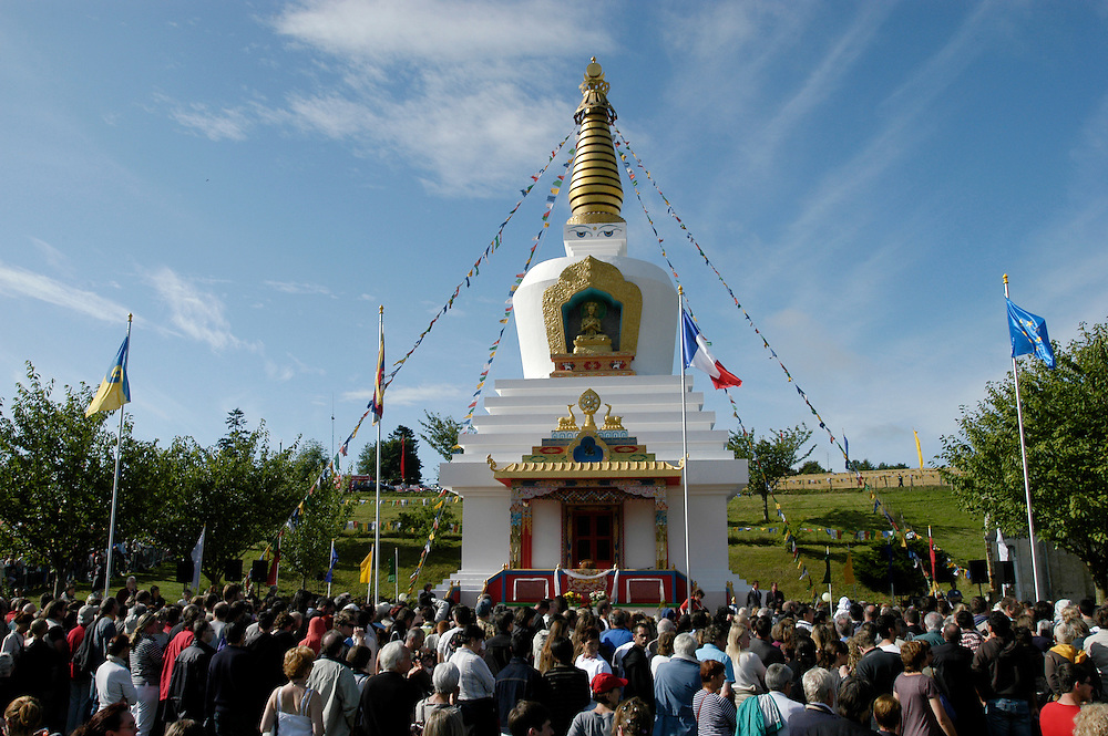The public awaiting His Holiness the Dalai Lama in front of the stupa at the Vajradhara Ling Buddhist Temple in Normandie during his His Holiness' visit to France. The Dalai Lama blessed a project to build a Temple for Peace at the center and gave a speech to hundreds of guests...Aubry-le-Panthou, France. 14/08/2008..Photo © J.B. Russell
