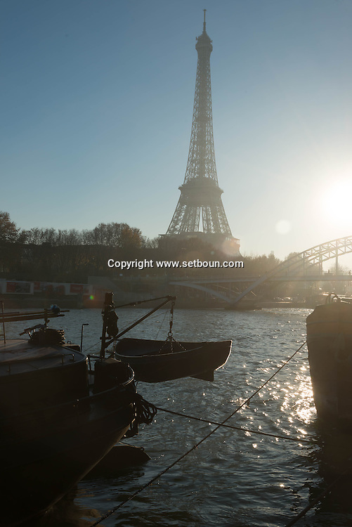 France. Paris.  passerelle Debilly on the Seine river  in the distance, the Eiffel tower / la passerelle Debilly enjambe la seine , au loin la Tour Eiffel
