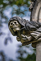 L'Ankou<br />La chapelle de Bethl&eacute;em est une chapelle vou&eacute;e au culte catholique romain, situ&eacute;e &agrave; St Jean de Boiseau, en Loire-Atlantique.<br /> Le monument est construit au XVe&nbsp;si&egrave;cle, mais c&lsquo;est sa r&eacute;novation en 1995 qui le fait passer &agrave; la post&eacute;rit&eacute;.  Restaur&eacute;e par le sculpteur Jean-Louis Boistel,qui reprend  les codes de la&nbsp;mythologie, du&nbsp;christianisme et de l'&eacute;poque contemporaine, la chapelle se pare de sculptures pour le moins surprenantes :  gremlins, aliens et m&ecirc;me Goldorak.<br /> L&rsquo;origine sacr&eacute;e du lieu vient de la pr&eacute;sence d&lsquo;une source, aupr&egrave;s de laquelle, initialement, le&nbsp;druidisme&nbsp;cr&eacute;e une c&eacute;r&eacute;monie &agrave;&nbsp;Beltane, afin de c&eacute;l&eacute;brer la f&eacute;condit&eacute;. <br /> Les chim&egrave;res sont les suivantes&nbsp;:<br /> - pinacle&nbsp;nord-ouest, dit de l&lsquo;&acirc;me &laquo;&nbsp;l&lsquo;Homme&nbsp;&raquo;:<br /> &bull;un&nbsp;sanglier&nbsp;(traque du spirituel)<br /> &bull;un&nbsp;centaure&nbsp;(conflits entre instinct et raison)<br /> &bull;Sainte Anne&nbsp;a l&lsquo;ancre (fermet&eacute;, solidit&eacute;, tranquillit&eacute;, fid&eacute;lit&eacute;)<br /> &bull;Adam&nbsp;<br /> - l&rsquo;archivolte, pr&eacute;sentant l&rsquo;arbre de vie<br /> - pinacle&nbsp;ouest, dit de l&lsquo;&acirc;me &laquo;&nbsp;la Femme&nbsp;&raquo;:<br /> &bull;&Egrave;ve<br /> &bull;une&nbsp;triade&nbsp;(Alma,&nbsp;Dahud&nbsp;et&nbsp;Malgwen)<br /> &bull;une&nbsp;sir&egrave;ne&nbsp;(luxure)<br /> &bull;un&nbsp;serpent&nbsp;(le fantasme et le myst&egrave;re)&nbsp;<br /> - pinacle&nbsp;sud-ouest, dit de l&lsquo;inconscient<br /> &bull;Goldorak&nbsp;(droiture, chevalier des temps modernes)<br /> &bull;un&nbsp;Gremlin&nbsp;(mauvais monstre de l&lsquo;homme)<br /> &bull;Gizmo&nbsp;(bon monstre qu&lsquo;est l&lsquo;homme)<br /> &bull;l&lsquo;ironie&nbsp;(arrogance de l&lsquo;homme)&nbsp;<br /> 