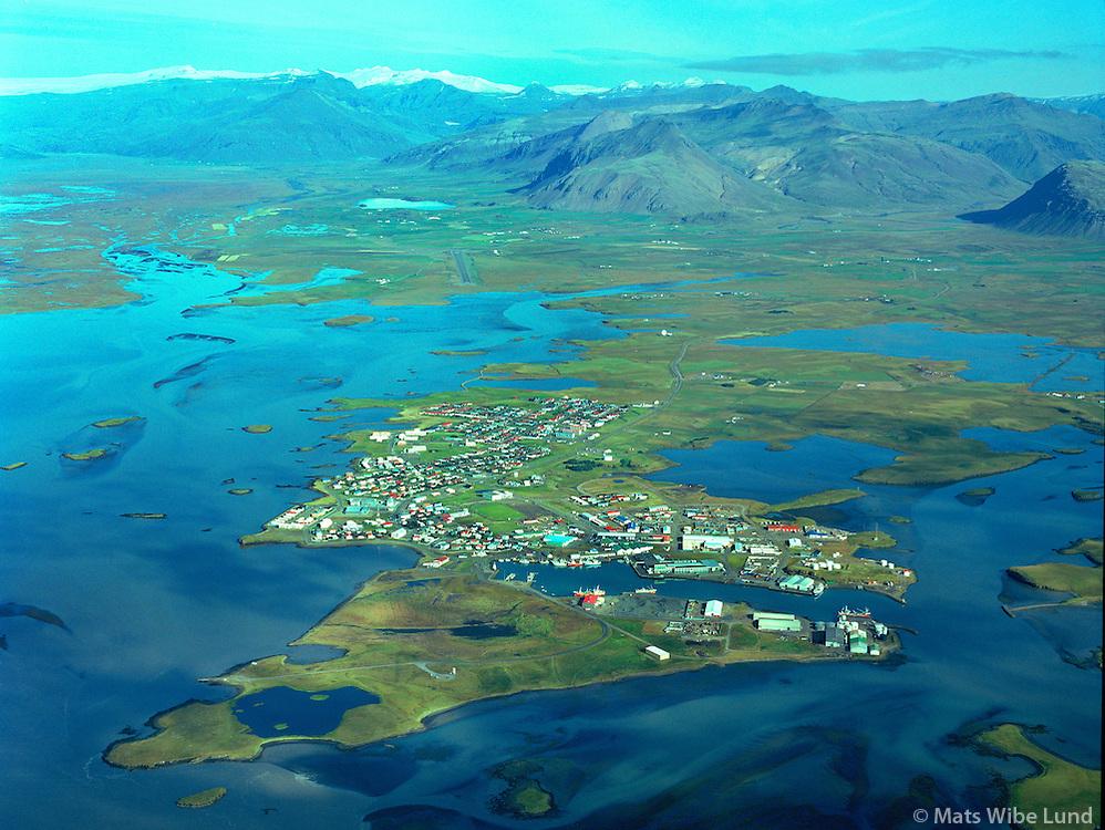 Ósland - friðland og fólkvangur fremst í myndinni. Höfn, Hornafjörður. Séð til noðurs; Nesjasveit. Hornafjarðarflugvöllur i baksyni  /  Osland  natur reservoir in front of the fishingtown Hofn in Hornafjordur. Viewing north towards Nesjasveit and Vatnajokull glacier. Airport in background.