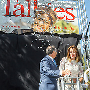 NLD/Amserdam/20150604 - Uitreiking Talkies Terras Award 2015 en onthulling cover, Roberto Payer en Renate Verbaan onthullen de cover
