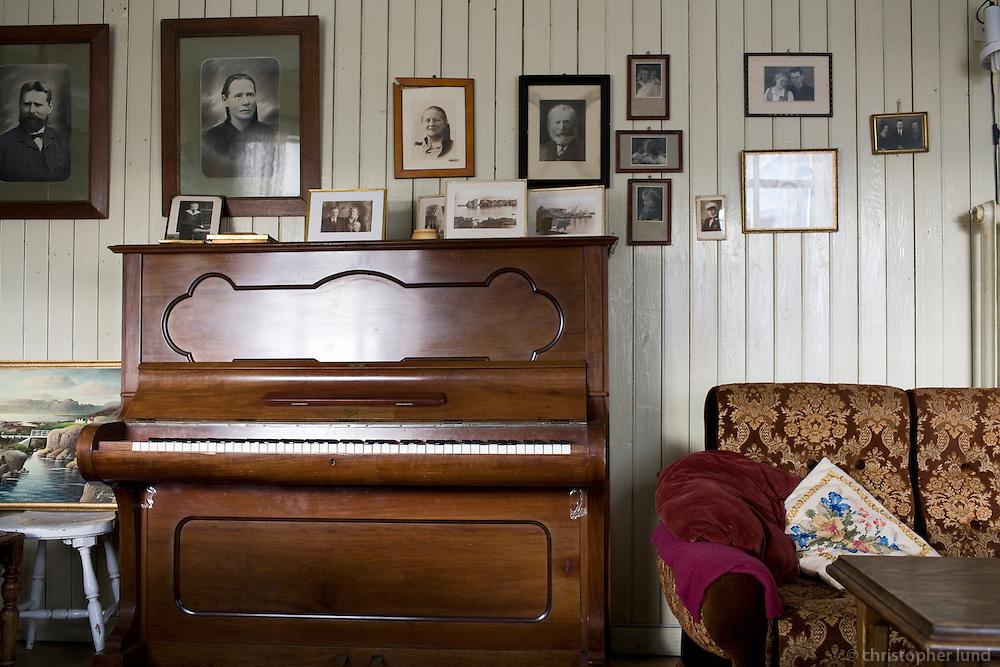 The living room in Ásgarður, an old house on island Flatey in Breiðafjörður. Stofan í Ásgarði, Flatey.