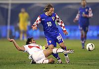 Fussball International, Nationalmannschaft   EURO 2012 Play Off, Qualifikation, Kroatien - Tuerkei       15.11.2011 Hamit Altintop (li, Tuerkei) gegen Luka Modric (Kroatien)