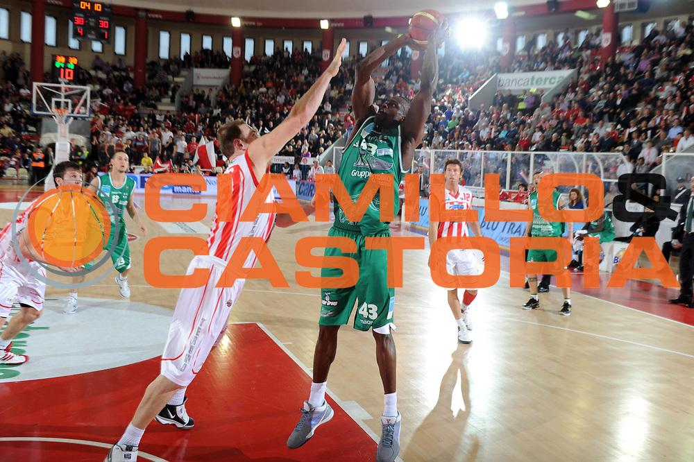 DESCRIZIONE : Teramo Lega A 2010-11 Banca Tercas Teramo Air Avellino<br /> GIOCATORE : Linton Johnson<br /> SQUADRA : Air Avellino<br /> EVENTO : Campionato Lega A 2010-2011<br /> GARA : Banca Tercas Teramo Air Avellino<br /> DATA : 27/03/2011<br /> CATEGORIA : tiro   <br /> SPORT : Pallacanestro <br /> AUTORE : Agenzia Ciamillo-Castoria/GiulioCiamillo<br /> GALLERIA: Lega Basket 2011 -2011<br /> FOTONOTIZIA: Teramo Basket Serie A 2010-11 Banca Tercas Teramo Air Avellino<br /> PREDEFINITA: