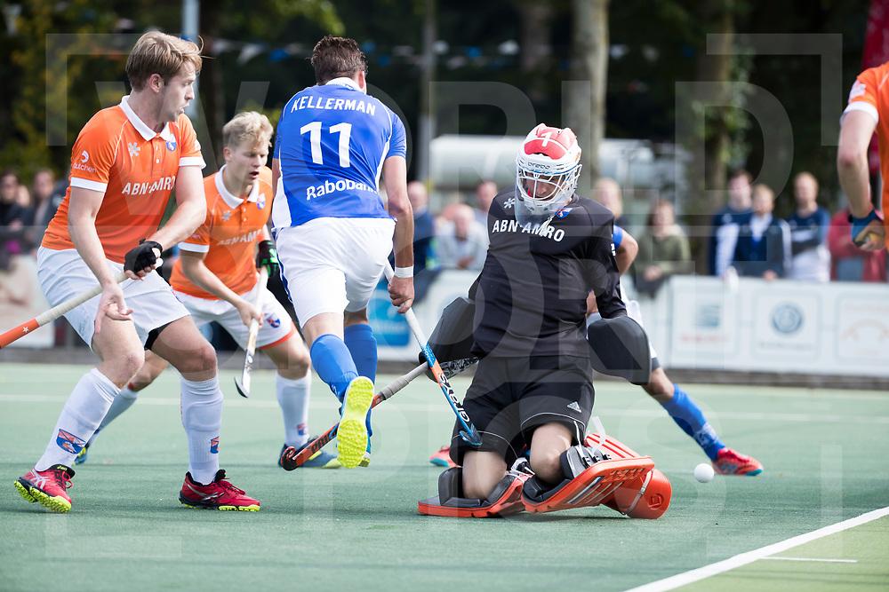 UTRECHT - Bjorn Kellerman (Kampong) met keeper Jaap Stockmann (Bldaal)    tijdens de hockey hoofdklasse competitiewedstrijd heren:  Kampong-Bloemendaal (3-3). COPYRIGHT KOEN SUYK