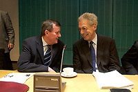 14 DEC 2003, BERLIN/GERMANY:<br /> Wilhelm Schmidt (L), SPD, 1. Parl. Geschaeftsfuehrer SPD BT-Fraktion, und Henning Scherf (R), SPD, 1. Buergermeister bremen, im Gespraech, vor Beginn der Vorbesprechung der A-Laender zur Sitzung des Vermittlungsausschusses, Bundesrat<br /> IMAGE: 20031214-01-010<br /> KEYWORDS: Gespräch