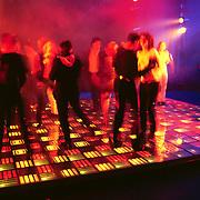 Premiere Studio 54 Amsterdam, disco met verlichtde vloer en dansende mensen