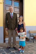 Spanien, Kanarische Inseln, Teneriffa..La Laguna, Altstadt , alter spanischer Herr mit Kindern..|..Spain, Canary Islands, Tenerife..La Lagauna, old town, old Spanish gentleman with children
