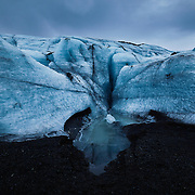SOLHEIMAJÖKULL, ISLAND, ICELAND, eine Gletscherzunge des Myrdalsjökulls, im Süden Islands. Der Gletscher liegt da wie ein sterbender, alter Mann (James Balog). Der Solheimgletscher wird auch Bilderbuch-Beispiel für die rasante Eisschmelze angesehen.
