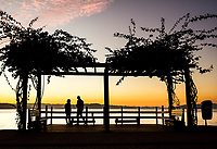 Pergolado no calçadão da Avenida Beira Mar Norte ao por do sol. Florianópolis, Santa Catarina, Brasil. / Deck on the sidewalk of Beira Mar Norte Avenue at sunset. Florianopolis, Santa Catarina, Brazil.