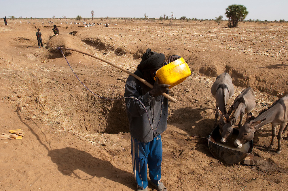 Villagers and shepherds get water from holes dug in dry wadi beds for their animals as well as for their own consumption in the dry season..Bouguirbe Maure, Mauritanie. 10/03/2011..Photo © J.B. Russell
