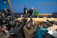 27 NOV 2013, BERLIN/GERMANY:<br /> Sigmar Gabriel (L), SPD Parteivorsitzender, Horst Seehofer (M), CSU Vorsitzender und Ministerpraesident Bayern, Angela Merkel (R), CDU Parteivorsitzende und geschaeftsfuehrende Bundeskanzlerin, vor Beginn der Pressekonferenz zur Einigung ueber einen Koalitionsvertrag, Bundespressekonferenz<br /> IMAGE: 20131127-01-017<br /> KEYWORDS: BPK, Fotografen, Kameraleute