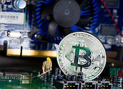 THEMENBILD - Kryptowährung Bitcoin ist ein dezentrales Zahlungsmittel auf Blockchain Basis, das es seit 2008 gibt. Aufgenommen am 15. Jänner 2018 in Wien, Österreich // Bitcoin is a decantralized worldwide cryptocurrency and digital payment system. Vienna, Austria on 2018/01/15. EXPA Pictures © 2018, PhotoCredit: EXPA/ Michael Gruber