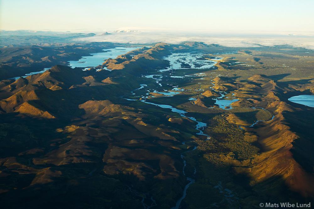 Langisjór t.v. séð til norðurs, Vatnajökull í fjarska. Hálendið / Langisjor left viewing north to Vatnajokull, Highlands.