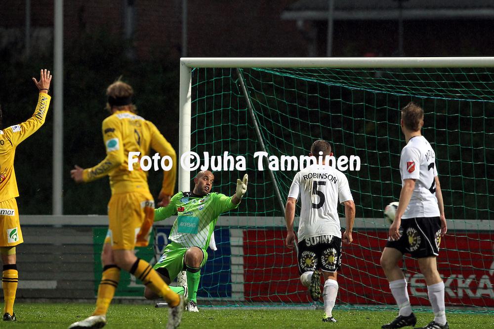 19.9.2011, Tehtaan kenttŠ, Valkeakoski..Veikkausliiga 2011, FC Haka - IFK Mariehamn..Hakan Pekka Sihvolan sutaisu yllŠttŠŠ Josh Wicksin IFK:n maalissa...