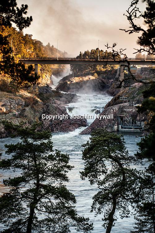 Trollh&auml;ttan 2013 oktober Trollh&auml;ttefallen Fallen i Trollh&auml;ttan <br /> Vattenfall vattenkraft f&ouml;rnyelsebar energi el turister turistm&aring;l h&ouml;st vatten<br /> <br /> ----<br /> FOTO : JOACHIM NYWALL KOD 0708840825_1<br /> COPYRIGHT JOACHIM NYWALL<br /> <br /> ***BETALBILD***<br /> Redovisas till <br /> NYWALL MEDIA AB<br /> Strandgatan 30<br /> 461 31 Trollh&auml;ttan<br /> Prislista enl BLF , om inget annat avtalas.