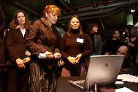 28 JAN 2004, BERLIN/GERMANY:<br /> Edelgard Bulmahn, SPD, Bundesforschungsministerin, besichtigt das Projekt der VDE/VDI Schuelerwettbewerbs, Eroeffnungsveranstaltung Jahr der Technik, Deutsches Technik Museum<br /> IMAGE: 20040128-01-016