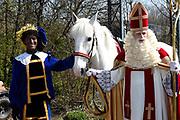 Op de set van DE CLUB VAN SINTERKLAAS &amp; GEBLAF OP DE PAKJESBOOT is de vijfde film waarin Sinterklaas en de bekendste Pieten van Nederland; Testpiet, Coole Piet, Muziekpiet, Profpiet, Hoge Hoogte Piet, Keukenpiet en Danspiet een spannend avontuur beleven. <br /> <br /> Op de foto:  Tim de Zwart als zwarte Piet en Wilbert Gieske als Sinterklaas
