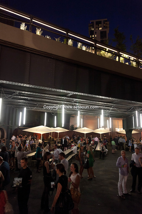 New York , bar under the high line, in  Chelsea , The High Line is a 1.45-mile (2.33 km) section of the former elevated freight railroad of the West Side Line, along the lower west side of Manhattan, which has been redesigned and planted as a greenway./ New york High line, bar sous la High line a Chelsea