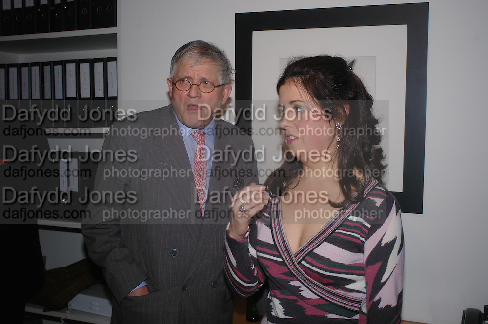 David Hockney and Alison Jacques. Robert Mapplethorpe exhibition curated by David Hockney. Alison Jacques Gallery. clifford St. London. 13 January 2005.  ONE TIME USE ONLY - DO NOT ARCHIVE  © Copyright Photograph by Dafydd Jones 66 Stockwell Park Rd. London SW9 0DA Tel 020 7733 0108 www.dafjones.com