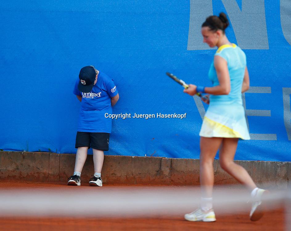 Nuernberger Versicherungscup 2013,WTA Tennis Tournament,gelangweilter Balljunge beim Match von Dinah Pfizenmaier (GER),<br /> Ganzkoerper,Querformat,Feature,witzig,lustig,