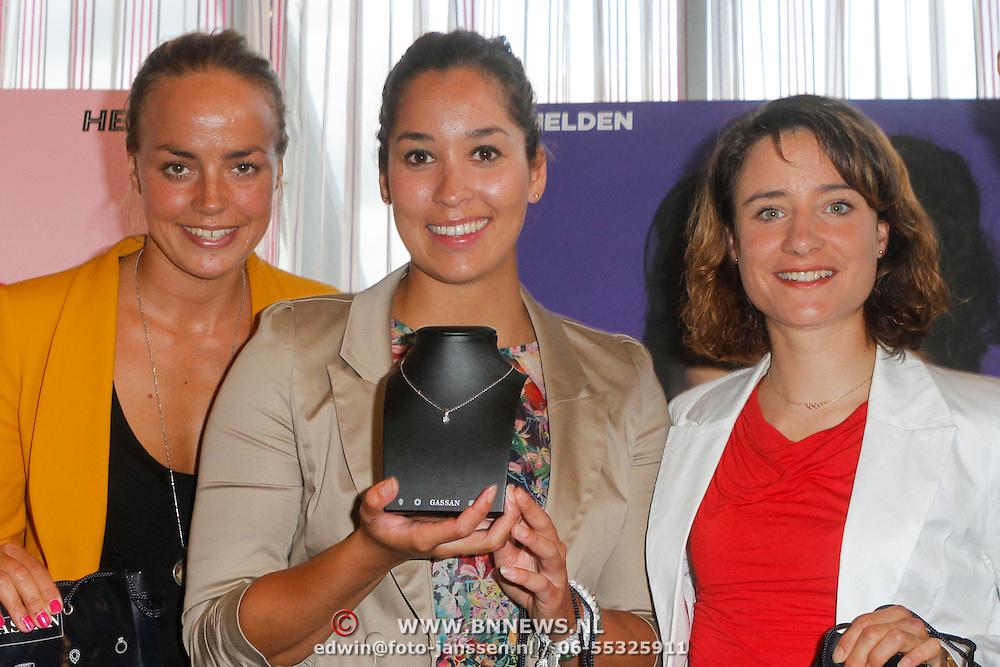 NLD/Ridderkerk/20120911 - Presentatie magazine Helden, Maartje Paumen, Raomi Kromowidjojo, Marianne Vos met de briljanten ketting van Gassan Diamonds