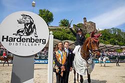 BORMANN Finja (GER), A Crazy son of Lavina, HARDENBERG Jun Carl Graf von, HARDENBERG Charlotte Gräfin von<br /> Nörten-Hardenberg - Burgturnier 2018<br /> Siegerehrung<br /> Preis der Hardenberg Distillery & des Glaswerkes Ernstthal<br /> Großer Preis um die Goldene Peitsche<br /> Internationale Springprüfung mit Stechen (1,60 m)<br /> Übergabe eines Mitsubishi Siegerfahrzeugs durch MITSUBISHI MOTORS in Deutschland<br /> 19. Mai 2019<br /> © www.sportfotos-lafrentz.de/Stefan Lafrentz