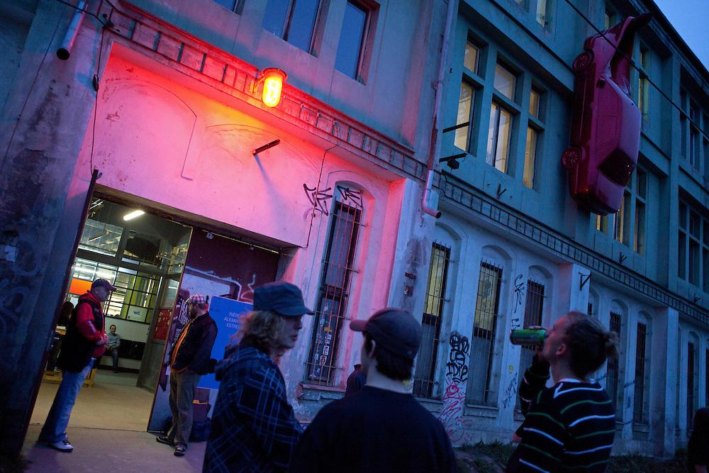 Das ehemalige Fabrikgebäude der jetzigen MeetFactory im Prager Stadtteil Smichov von außen. Der Gebäudekomplex liegt direkt an einer Bahnanbindung und in der Nähe des Smichover Bahnhofs.