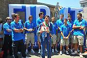 DESCRIZIONE : Firenze Raduno Collegiale Nazionale Italiana Maschile Premiazione Consegna Chiavi Citt&agrave; Firenze<br /> GIOCATORE : Pianigiani Renzi Team Italia<br /> SQUADRA : Nazionale Italia Uomini <br /> EVENTO : Raduno Collegiale Nazionale Italiana Maschile <br /> GARA : Allenamento<br /> DATA : 15/07/2010 <br /> CATEGORIA : Premiazione<br /> SPORT : Pallacanestro <br /> AUTORE : Agenzia Ciamillo-Castoria/M.Gregolin<br /> Galleria : Fip Nazionali 2010 <br /> Fotonotizia : Firenze Raduno Collegiale Nazionale Italiana Maschile Premiazione Consegna Chiavi Citt&agrave; Firenze<br /> Predefinita :