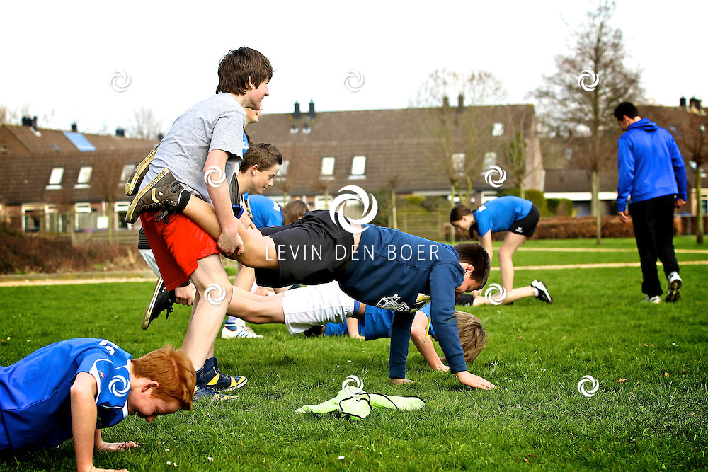 ZALTBOMMEL - Wijnand Lamboo is samen met de sportleraren een Bootcamp voor de sportklas aan het geven. FOTO LEVIN DEN BOER - PERSFOTO.NU