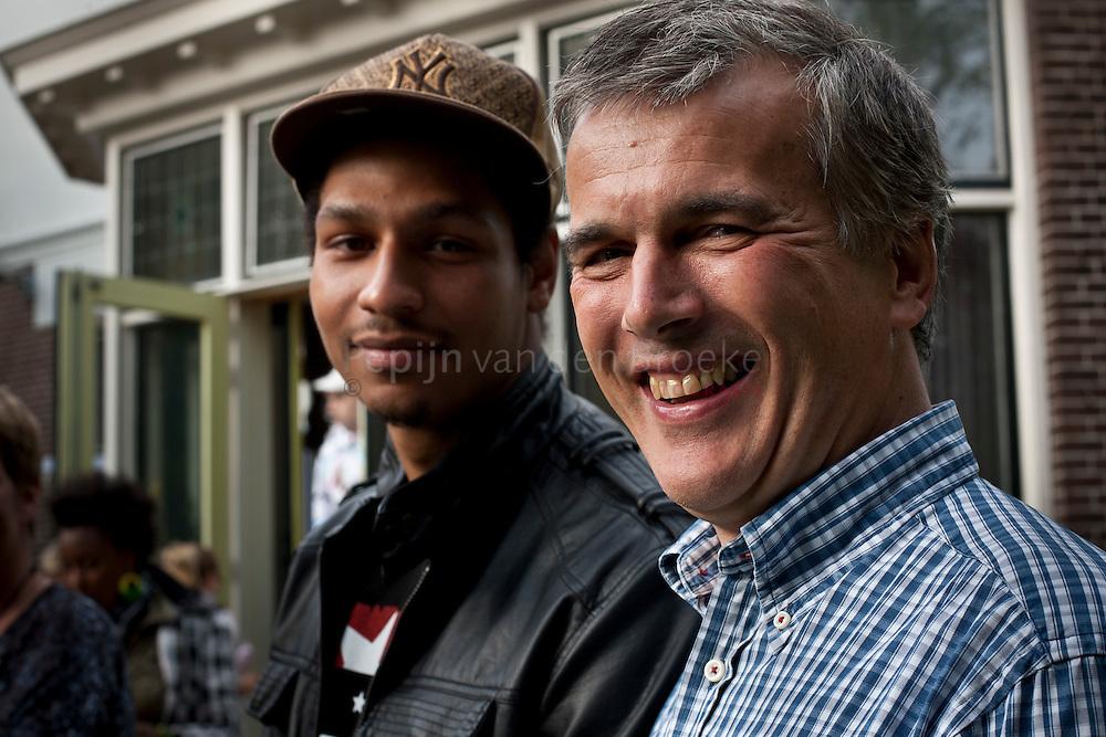 Groningen 20110513. David Chesterton (rechts) met Alvaro Remor, voormalig bewoner van het Hoendiephuis. foto: Pepijn van den Broeke
