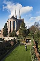 WAGENBERG - oefenholes in de achtertuin van Gerard en Corrie hamers. Gerard is lid van Bergvliet.  Op de achtergrond de Gummaruskerk.  COPYRIGHT KOEN SUYK