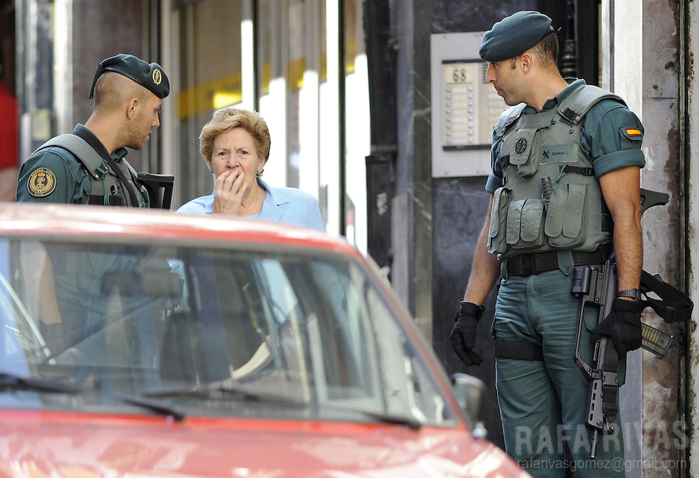"A woman talks to some Spanish Civil Guard who take part in an operation against Basque separatist group ETA, in the northern Spanish Basque city of Bilbao, on July 22, 2008. Eight suspected members of ETA's ""Comando Bizkaia"" were arrested during the operation. PHOTO Rafa Rivas"