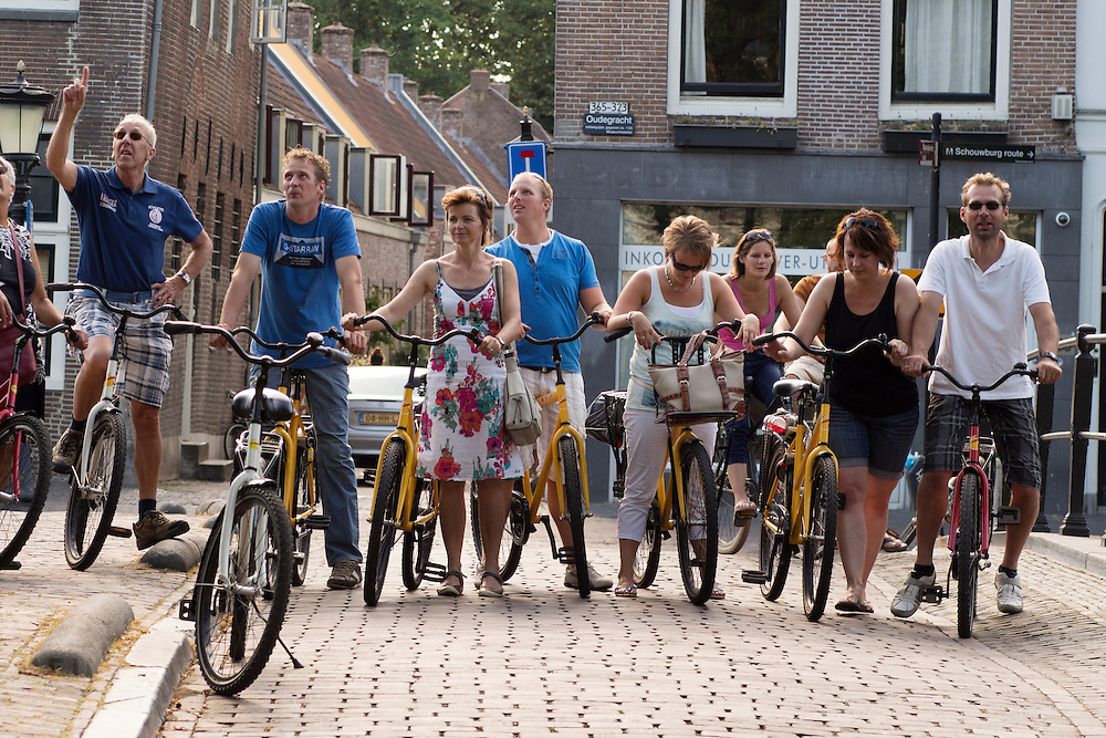 In Utrecht versperren deelnemers aan de Colorbike Tours met hun fietsen een brug in het centrum.<br /> <br /> In Utrecht participants on the Color Bike Tours block a bridge in the center  with their bikes.