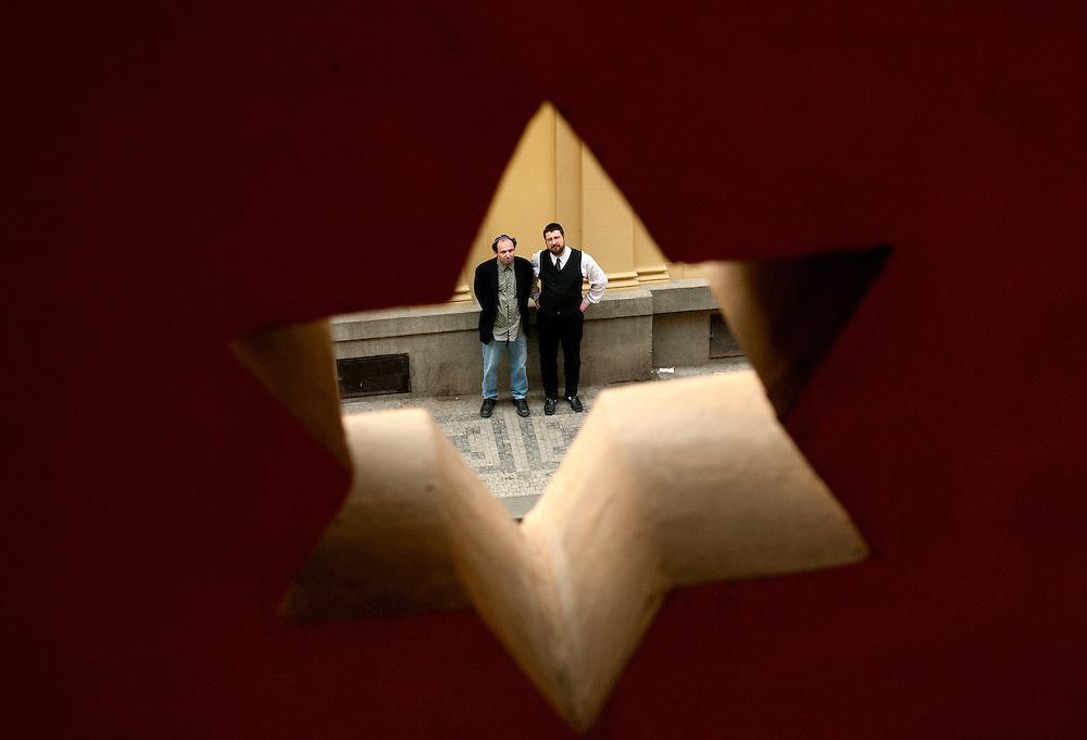 """Links der Aufsichtsratvorsitzende der jüdischen Gemeinde Prag, David Stecher. Rechts Rabbi Samuel Abramson vor der """"Großen Jerusalem-Synagoge"""" in Prag von 1906..Prague, 17.04.2004"""