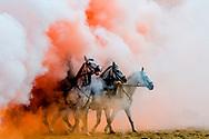 SCHEVENINGEN - Leden van het Cavalerie ere-escorte oefenen op het strand voor Prinsjesdag. De betrokken paarden en ruiters worden aan een laatste zware test onderworpen door ze bloot te stellen aan geweervuur, kanonslagen, muziek, rook en mogelijke publieksreacties. copyrght robin utrecht