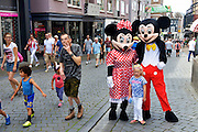 Nederland, The Netherlands, 16-7-2016Recreatie, ontspanning, cultuur, dans, theater en muziek in de binnenstad. Onlosmakelijk met de vierdaagse, 4daagse, zijn in Nijmegen de vierdaagse feesten, de zomerfeesten. Talrijke podia staat een keur aan artiesten, voor elk wat wils. Een week lang elke avond komen ruim honderdduizend bezoekers naar de stad. De politie heeft inmiddels grote ervaring met het spreiden van de mensen, het zgn. crowd control. De vierdaagsefeesten zijn het grootste evenement van Nederland en verbonden met de wandelvierdaagse. Op de foto met mickey en minnie mouse, disneyfigurenFoto: Flip Franssen