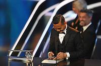 Fussball International FIFA The Best Football Awards 2016 09.01.2017 Tor des Jahres, Puskas-Award: Mohd Faiz Subri (Malaysia) liest seine Dankesrede vom Smartphone ab