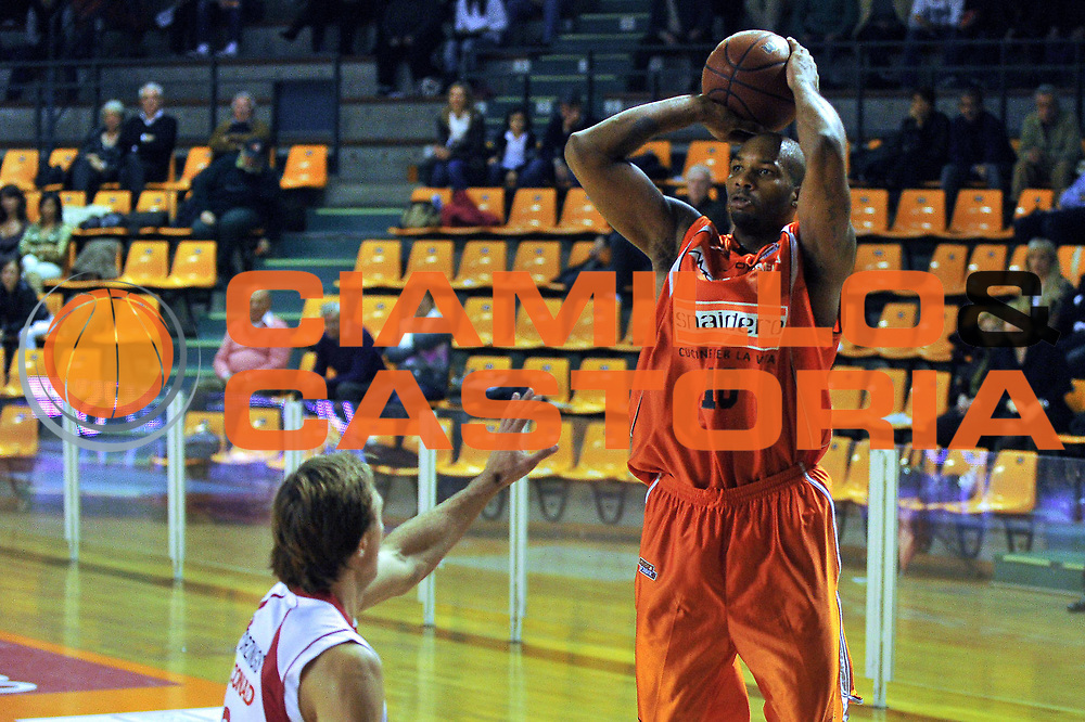 DESCRIZIONE : Udine Lega A2 2010-11 Snaidero Udine Tuscany Pistoia<br /> GIOCATORE : Jason Williams <br /> SQUADRA :  Snaidero Udine<br /> EVENTO : Campionato Lega A2 2010-2011<br /> GARA : Snaidero Udine Tuscany Pistoia<br /> DATA : 24/10/2010<br /> CATEGORIA : Tiro<br /> SPORT : Pallacanestro <br /> AUTORE : Agenzia Ciamillo-Castoria/S.Ferraro<br /> Galleria : Lega Basket A2 2009-2010 <br /> Fotonotizia : Udine Lega A2 2010-11 Snaidero Udine Tuscany Pistoia <br /> Predefinita :
