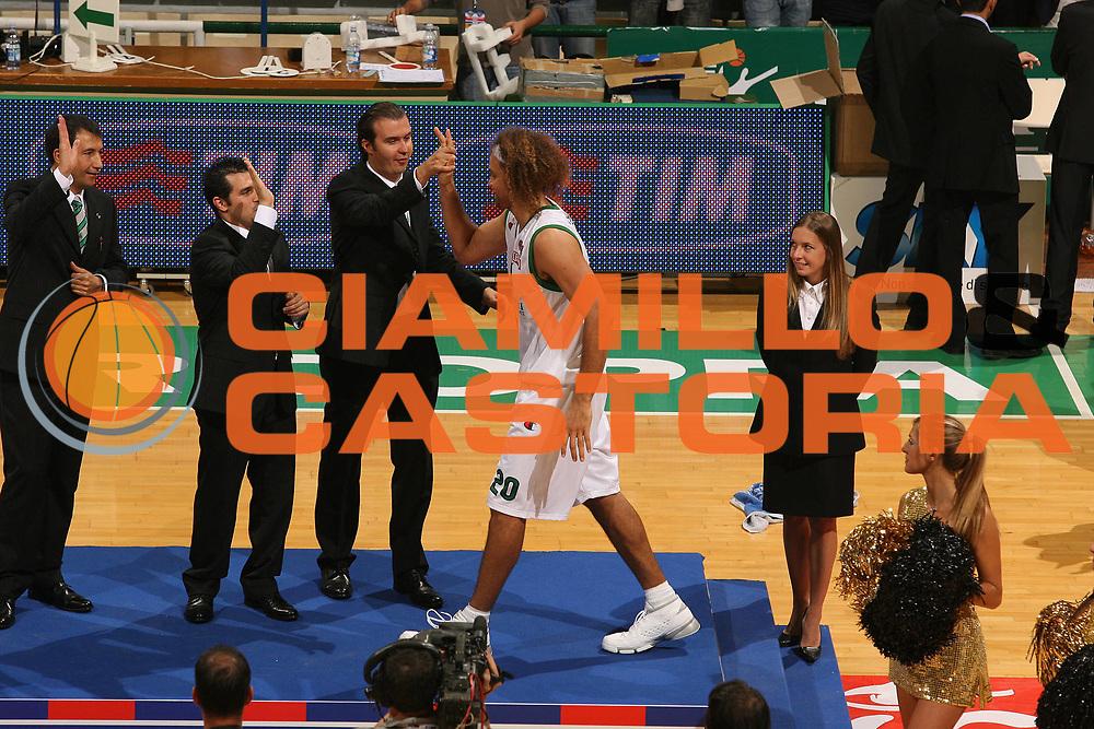 DESCRIZIONE : Siena Lega A1 2007-08 Supercoppa Montepaschi Siena Benetton Treviso <br /> GIOCATORE : Shaun Stonerook Simone Pianigiani Palco Premiazione<br /> SQUADRA : Montepaschi Siena<br /> EVENTO : Campionato Lega A1 2007-2008 Supercoppa Montepaschi Siena Benetton Treviso <br /> GARA : Montepaschi Siena Benetton Treviso <br /> DATA : 23/09/2007<br /> CATEGORIA : Esultanza<br /> SPORT : Pallacanestro <br /> AUTORE : Agenzia Ciamillo-Castoria/M.Marchi