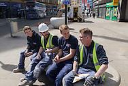 4 ouvriers anglais du batiment dans le centre de Bradford. Mick (droite) et Dylan (centre droit) voteront pour le Brexit, les deux autres ne savent pas pour quel camp ils voteront et ne savent pas non plus si ils voteront.