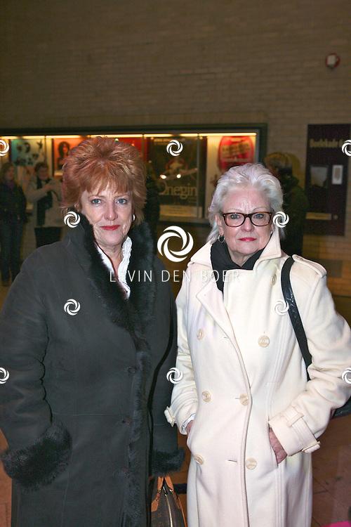 GOUDA - Pamela Teves en moeder op de roze loper voor de theaterpremiere van Zadelpijn en ander damesleed  naar het boek van Liza van Sambeek woensdag in Gouda. FOTO LEVIN DEN BOER - PERSFOTO.NU