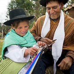 Transmision de saberes en Morochuco, Ayacucho. Artesano Eulogio De La Cruz Escalante y Merly Isabel de la Cruz Castro, 8, en Juscaymarca , Ayacucho.