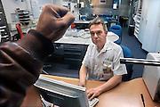 Nederland, Nijmegen, 4-2-2009Bezoeker aan de spoedeisende hulp van het Radboud ziekenhuis slaat agressief met zijn vuist tegen de extra versterkte ruit van de hulppost. De agressie tegen personeel in ziekenhuizen en bij hulpdiensten is een groeiend verschijnsel. Foto is in scene gezet.Foto: Flip Franssen