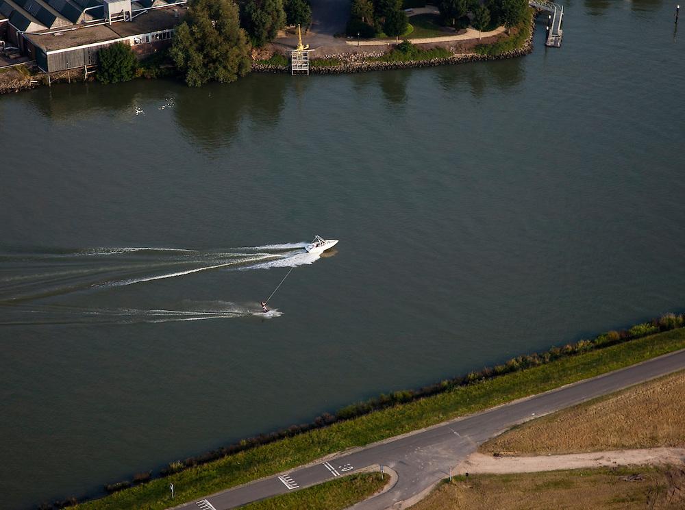 Nederland, Zuid-Holland, Capelle a/d IJssel 19-09-2009; waterskien op de Hollandsche IJssel ter hoogte van Ouderkerk aan den IJssel .luchtfoto (toeslag), aerial photo (additional fee required).foto/photo Siebe Swart